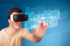 Tragende Schutzbrillen der virtuellen Realität des Mannes Stockfoto
