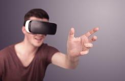 Tragende Schutzbrillen der virtuellen Realität des Mannes Lizenzfreie Stockbilder