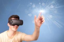 Tragende Schutzbrillen der virtuellen Realität des Mannes Lizenzfreies Stockfoto