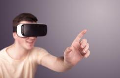 Tragende Schutzbrillen der virtuellen Realität des Mannes Stockbild