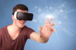 Tragende Schutzbrillen der virtuellen Realität des Mannes Stockfotos