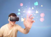 Tragende Schutzbrillen der virtuellen Realität des Mannes Lizenzfreie Stockfotos