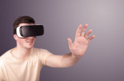 Tragende Schutzbrillen der virtuellen Realität des Mannes Lizenzfreie Stockfotografie