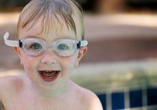 Tragende Schutzbrillen des jungen Jungen lizenzfreie stockfotos