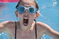 Tragende Schutzbrillen des jungen Mädchens im apool. stockfotografie