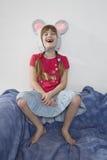 tragende Schutzkappe des Gekichermädchens mit Maus`s den Ohren Lizenzfreies Stockfoto