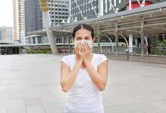 Tragende Schutzmaske der Frau, zum von Verschmutzung und von Grippe zu schützen lizenzfreies stockbild