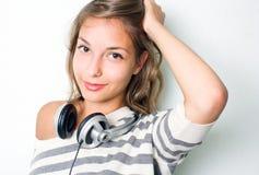 Tragende silberne Kopfhörer des schönen Brunette. Stockbild