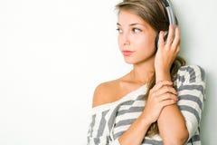 Tragende silberne Kopfhörer des schönen Brunette. Stockbilder