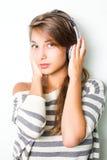Tragende silberne Kopfhörer des schönen Brunette. Lizenzfreies Stockbild