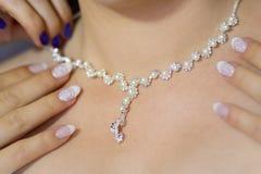Tragende silberne Perlenhalskette des Mädchens oder der Frau Lizenzfreie Stockfotos