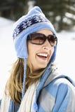 Tragende Skischutzkappe der Frau. Stockfotos
