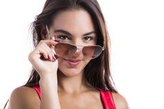 Tragende Sonnenbrille Stockfoto