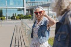Tragende Sonnenbrille der glücklichen netten Frau lizenzfreies stockbild