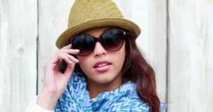 Tragende Sonnenbrille der Hippie-Frau stock video footage