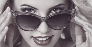 Tragende Sonnenbrille der verlockenden Frau stockfotos