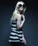 Tragende Sonnenbrille des blonden Modells der Mode Stockfotos