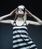Tragende Sonnenbrille des blonden Modells der Mode Stockbild