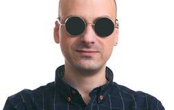 Tragende Sonnenbrille des hübschen kahlen Mannes Lizenzfreie Stockbilder