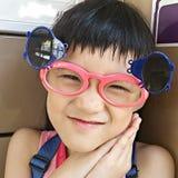 Tragende Sonnenbrille des lustigen Mädchens des smiley Lizenzfreie Stockfotografie