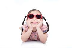 Tragende Sonnenbrille des Mädchens über weißem backgroud Lizenzfreies Stockbild
