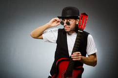 Tragende Sonnenbrille des Mannes und spielen Gitarre Lizenzfreies Stockbild