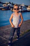 Tragende Sonnenbrille des modernen Jungen Stockbilder