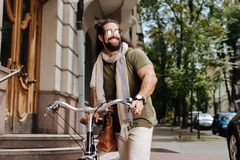 Tragende Sonnenbrille des positiven stilvollen Mannes Stockfoto