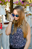 Tragende Sonnenbrille hübscher Dame, die telefonisch spricht Stockfotografie