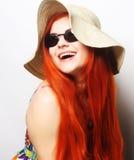Tragende Sonnenbrille und Hut der Modefrau Stockbilder