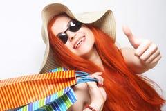 tragende Sonnenbrille und Hut der redhair Einkaufsfrau Lizenzfreie Stockfotos