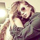 Tragende Sonnenbrillen der Art und Weiseportrait-Frau lizenzfreies stockfoto