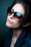 Tragende Sonnenbrillen der Frau Lizenzfreie Stockfotos