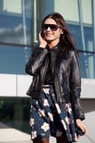 Tragende Sonnenbrillen der Frau, die durch Telefon sprechen Stockbilder