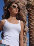 Tragende Sonnenbrillen der jungen Frau lizenzfreie stockbilder