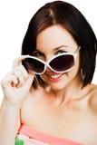 Tragende Sonnenbrillen der kaukasischen Frau Lizenzfreie Stockbilder