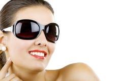 Tragende Sonnenbrillen der schönen Frau Stockfotos