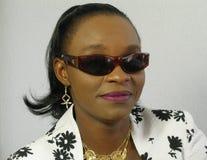 Tragende Sonnenbrillen der schwarzen Frau Stockfoto