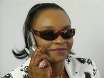 Tragende Sonnenbrillen der schwarzen Frau, die einen Aufruf geben Lizenzfreie Stockbilder