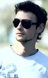 Tragende Sonnenbrillen des attraktiven Kerls Lizenzfreies Stockbild