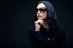 Tragende Sonnenbrillen des Brunette Stockbild