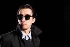 Tragende Sonnenbrillen des Mannes, die weg schauen Stockbild