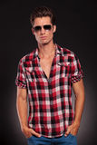Tragende Sonnenbrillen des Mannes mit den Händen in den Taschen Stockfoto