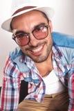 Tragende Sonnenbrillen des stattlichen jungen Art und Weisemannes Stockfotografie