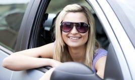 Tragende Sonnenbrillen des weiblichen Treibers Stockfotografie
