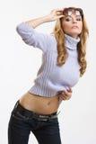 Tragende Sonnenbrillen und Aufstellung der blonden Frau Stockfotografie