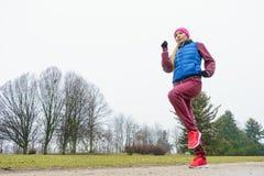 Tragende Sportkleidung der Frau, die draußen während des Herbstes trainiert Stockbilder