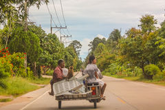 Tragende Stühle, Leute und Affe des thailändischen Rollers Lizenzfreie Stockfotos