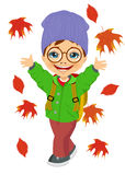 Tragende Strickmütze des kleinen Jungen, die mit Herbstlaub spielt Stockbilder