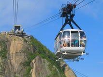 Tragende Touristen der Drahtseilbahn von Sugar Loaf Mountain in Rio de Janeiro Stockbild